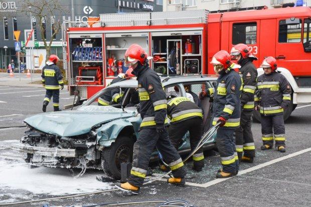 Debata o bezpieczeństwie i symulacja wypadku samochodowego