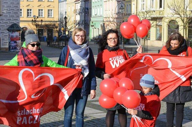 Marsz wolontariuszy Szlachetnej Paczki wokół bolesławieckiego Rynku