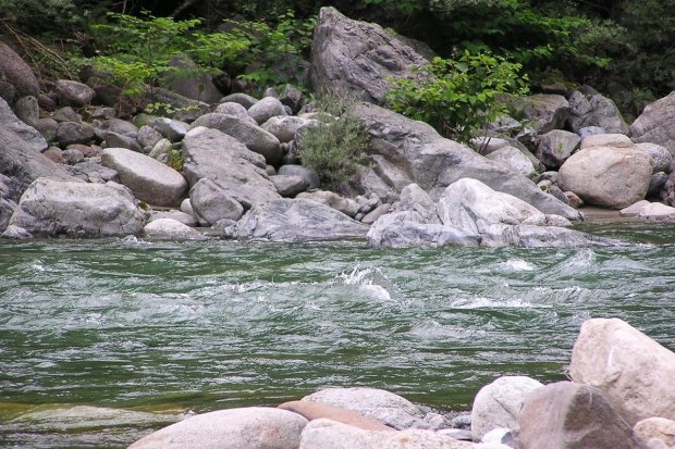Pijany mężczyzna wpadł do rzeki. Uratowali go policjanci