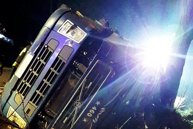Samochód ciężarowy wypadł z drogi między Mierzwinem a Ocicami