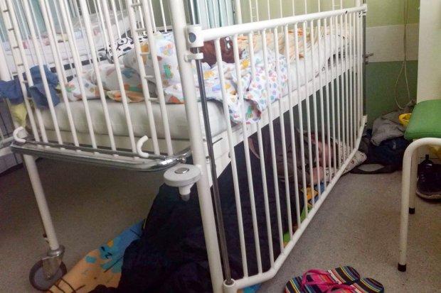 Matka zmuszona spać pod łóżkiem chorego dziecka – tak wygląda sytuacja w szpitalu w Jeleniej Górze
