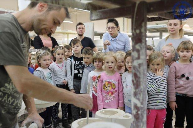 Projekt Glinolandia: przedszkolaki z Nibylandii w Ceramice Artystycznej