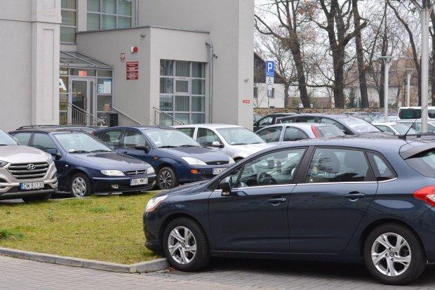 Problem z parkingiem przy starostwie. W przyszłym roku postawią tam bramki?