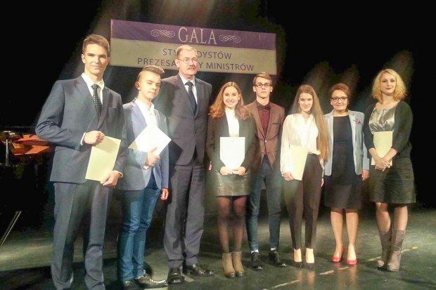 Wybitni uczniowie z powiatowych szkół docenieni przez premier Beatę Szydło