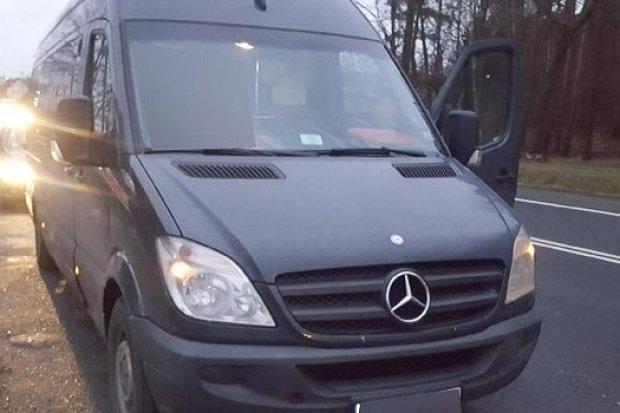 54-latek bez prawa jazdy woził młodzież autobusem