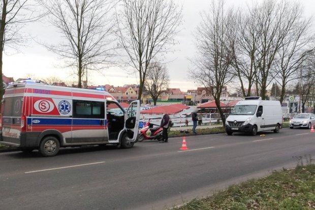 Bohaterów Getta: zderzenie busa i motoroweru. Pasażerka skutera ciężko ranna