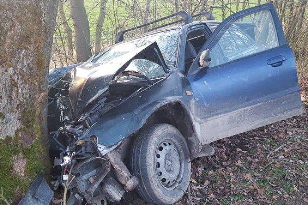 Mazda wjechała w drzewo. 38-letnia kierująca zmarła w szpitalu