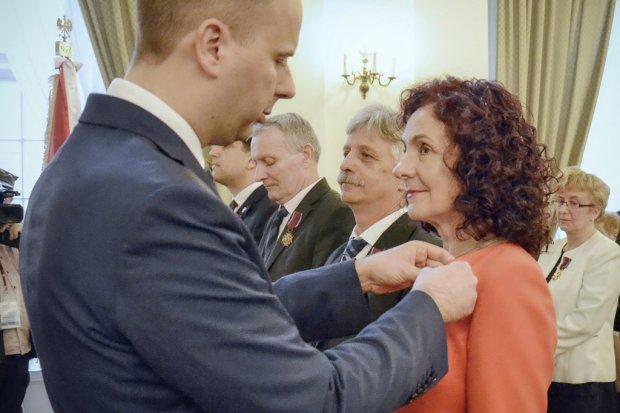 Prezes Ceramiki Artystycznej Helena Smoleńska odznaczona przez wojewodę