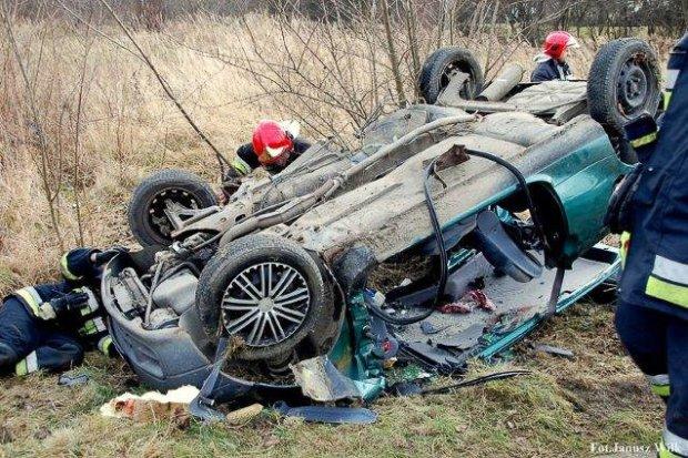 Wypadek w Godzieszowie: auto dachowało. Kierowca ciężko ranny