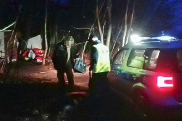 Policjanci podzielili się jedzeniem z bezdomnymi