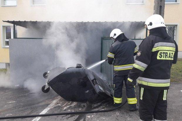 Podpalili kontenery na śmieci w Iwinach