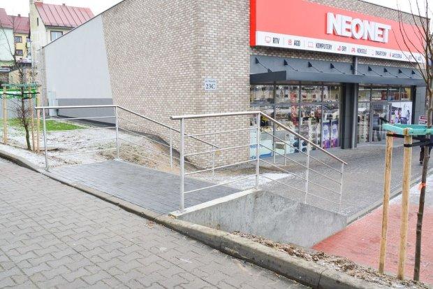 Galeria przy dworcu PKS trudno dostępna dla osób niepełnosprawnych?
