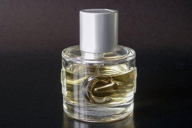 Ukradł luksusowe perfumy, a potem zwinął kurierowi drogi zegarek