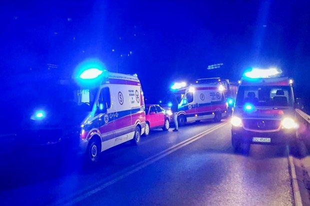 Karambol między Lubinem a Polkowicami: 3 osoby nie żyją, 16 rannych