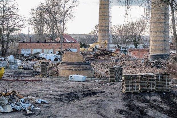 Rozpoczęło się wyburzanie trzech kominów nieczynnych zakładów ceramicznych