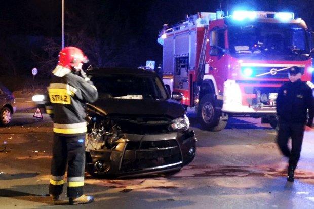 Zderzenie dwóch aut na skrzyżowaniu Lubańskiej ze Śluzową