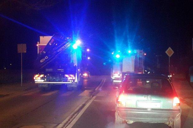 Potrącenie pieszego na Garncarskiej, auto wylądowało w parku