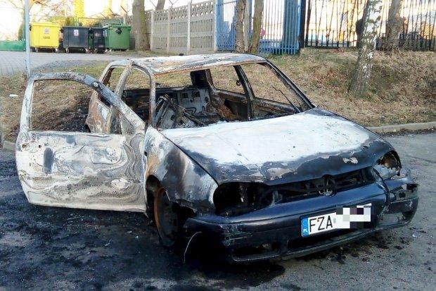 Historia spalonego Golfa. Kiedy auto może być odholowane na koszt właściciela?