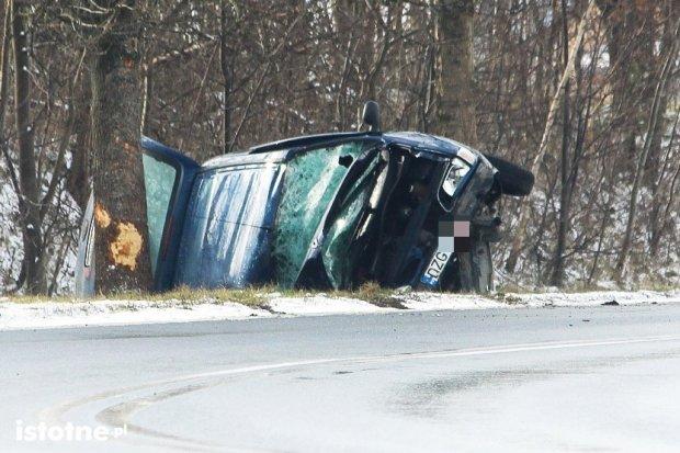 Auto wypadło z zakrętu między Zebrzydową a Czerną – 1 osoba ranna