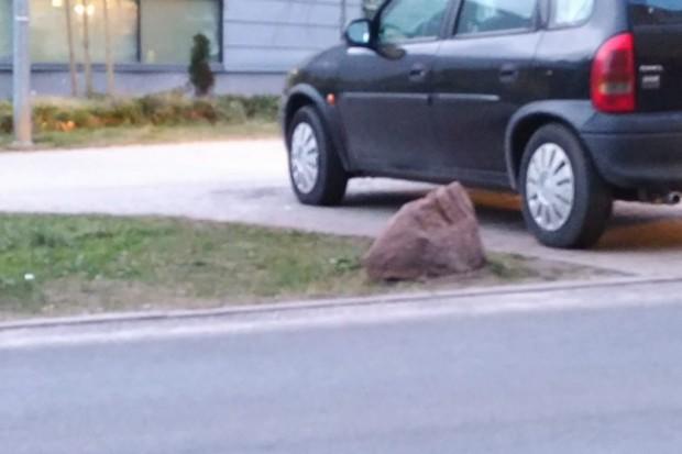Czytelnik o parkingu przy Orce: kamienie nocą niewidoczne, można uszkodzić auto!
