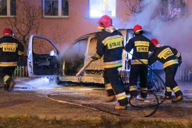 Spłonęło auto przy wieżowcu przy Jana Pawła
