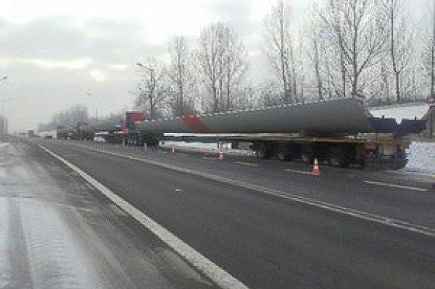 Ogromne pojazdy utknęły na rondzie, przewoźnik może dostać kilka tys. zł kary