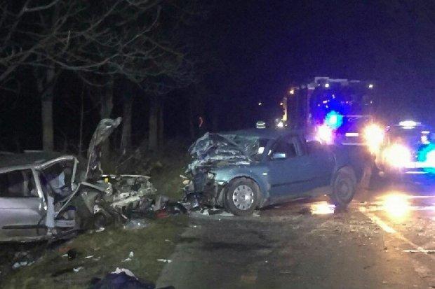 Czołowe zderzenie aut między Krzyżową a Kraśnikiem. Trzy osoby ranne