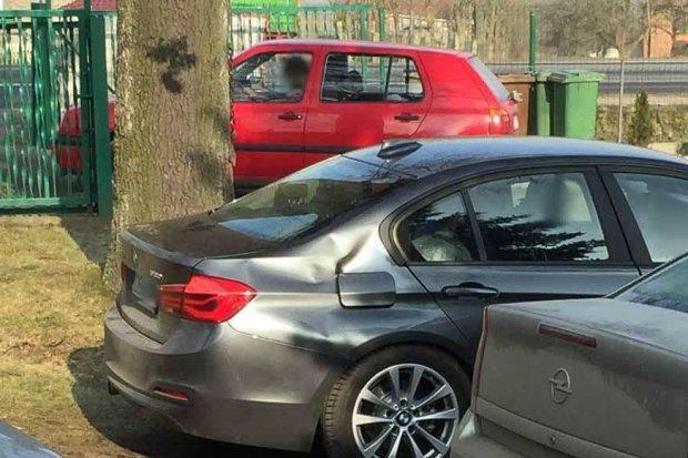 Nowe policyjne BMW już uszkodzone. Sprawca dostał 100 zł mandatu