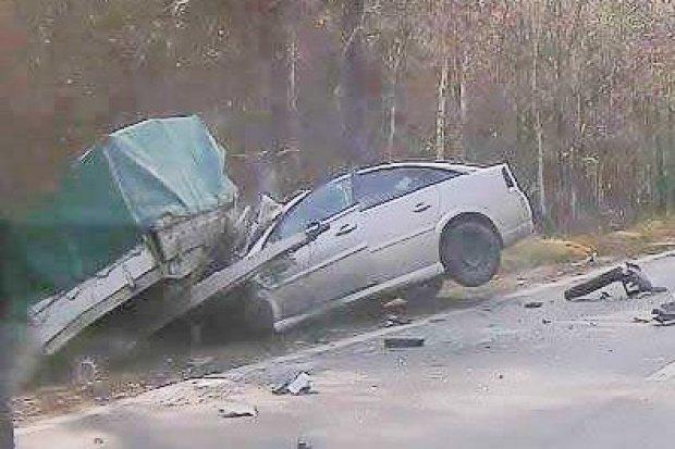 Opel zderzył się z przyczepą z gruzem. 48-latka lekko ranna