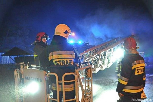 Gasili płonące kominy. Dwie osoby ewakuowane