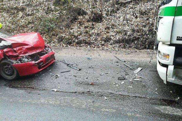 Mazda zderzyła się z ciężarówką. Kierowcy z Bolesławca nic się nie stało
