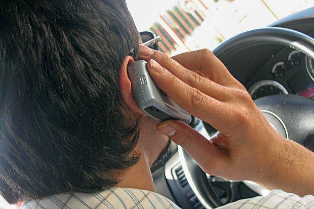Czy zakaz używania komórki w czasie jazdy ma sens?