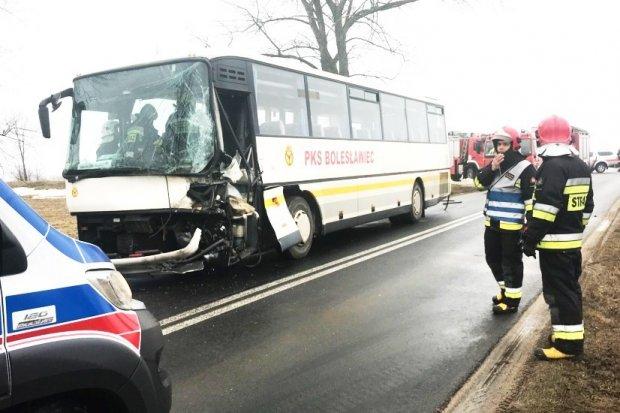 Zderzenie autobusu PKS z ciężarówką koło Nowogrodźca – ranny kierowca