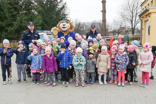 Komisarz Lew i dzielnicowi odwiedzili przedszkolaki z Nowogrodźca i Zebrzydowej