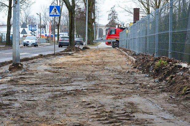 Remontują chodnik na Dolnych Młynach. Znikną wielkie bajora?