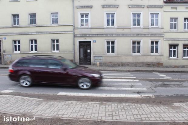 Kobieta nie zaciągnęła ręcznego, osobówka stoczyła się i uderzyła w inne auto