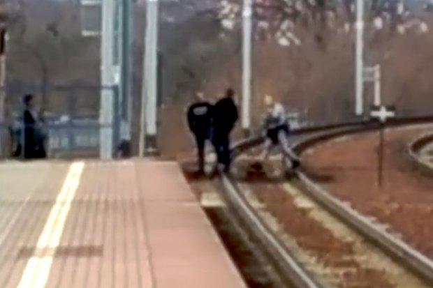 Skakali sobie po torach. Na chwilę przed przyjazdem pociągu