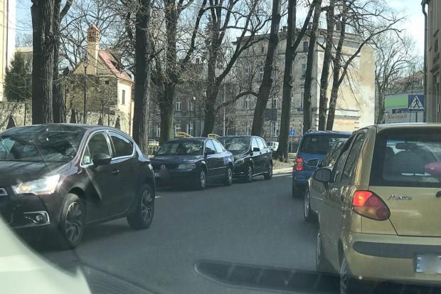 """Czytelnik: """"Parkowanie na Piaskowej to jakaś masakra!"""""""