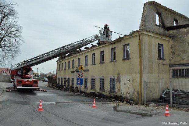Pożar w centrum Warty. Jeden ze strażaków lekko ranny