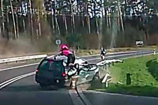 Pijany Rosjanin staranował autem 33-letnią rowerzystkę. Wstrząsające nagranie!