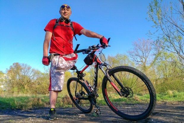 Nie ma jednej nogi. Dziesiątki kilometrów pokonuje na... rowerze