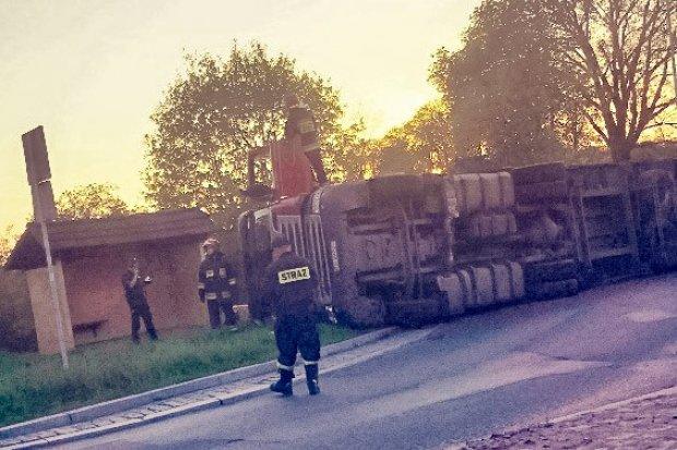 Dąbrowa: Tir przewożący drewno przewrócił się na rondzie