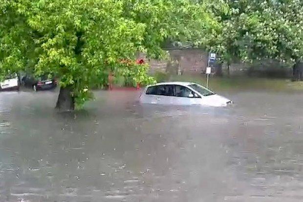 Woda wlewała się do aut, ledwo uciekli. Tak było koło Carrefoura
