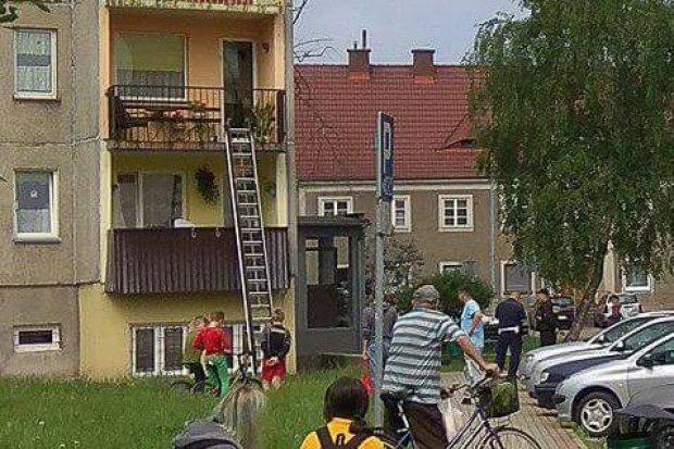 Kobieta potknęła się na balkonie i uderzyła głową o posadzkę, ratowali ją strażacy