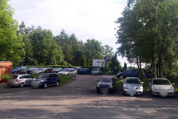 Dla kogo jest parking przy cmentarzu? Dla pracowników firmy ceramicznej?