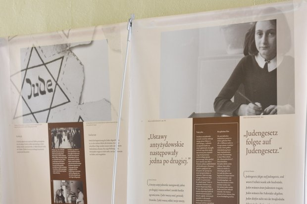 """Niezwykła lekcja historii i tolerancji. Wystawa """"Anne Frank House"""" w """"dwójce"""""""