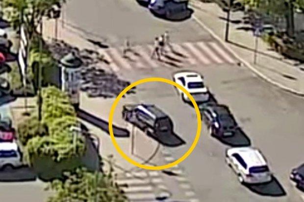Chamsko ominął auta, wjechał na chodnik, stuknął znak, wystraszył pieszych. I... zwiał