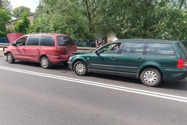 Trzy auta zderzyły się na Zgorzeleckiej. Kobieta ranna