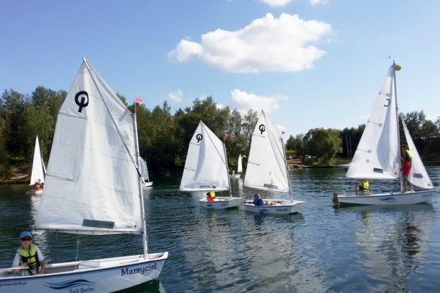 Półkolonie żeglarskie czy półkolonie sportów wodnych? Jakie wybierzesz w tym sezonie?
