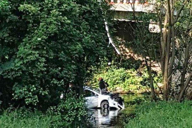 Osieczów: auto spadło z mostu i wpadło do wody. Jedna osoba ranna